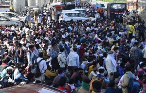 रास्तों में चल रहे 30 प्रतिशत प्रवासी मजदूर हो सकते हैं वायरस से संक्रमित: केंद्र