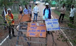 बाहर से अंदर आना मना है, गांव वालों ने कोरोनावायरस के लिए बिठाया पहरा