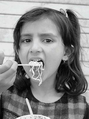 जंक फूड में ऐसे रसायन होते हैं, जो रसोई घरों में इस्तेमाल नहीं किए जाते। ये रसायन मोटापा, गैर संचारी रोगों जैसे डायबिटीज, उच्च रक्तचाप और हृदय रोगों की महामारी का ईंधन हैं