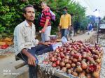 पटरी से उतरी दिल्ली के रेहड़ी-पटरी वालों की जिंदगी