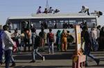 दिल्ली के बाद उत्तर प्रदेश में भी लगा वीकेंड लॉकडाउन, प्रवासी श्रमिकों की मौके पर जांच का आदेश