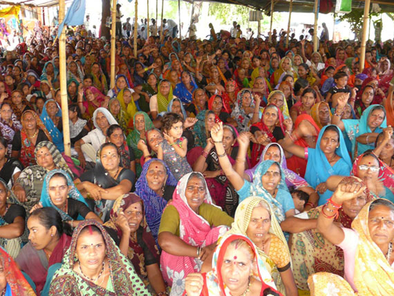 Women from neighbouring villages gather in Ghogalgaon at the beginning of the jal satyagrah. Villagers allege the state has failed to allot land to the affected landholding families numbering over 2,500. The state has not allotted housing plots to 1,000 families; their claims are being processed by the Greivance Redressal Authority (GRA). Residents have not received various other entitlements either. On the other hand, Narmada Hydropower Development Corporation (NHDC), a subsidiary of NHPC, has earned profits up to Rs 2,500 crore from power generation Photo courtesy: Delhi Forum