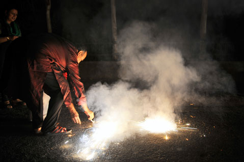 If Dusshera arrives, can Deepawali be far behind. Fireworks worth several crore rupees are exploded on an occasion that was earlier celebrated by greeting people and distributing sweets. A boy burns a pencil fuljhari which releases a green cloud of smoke and contributes to air pollution. It also causes respiratory problems.Photo By: Meeta Ahlawat