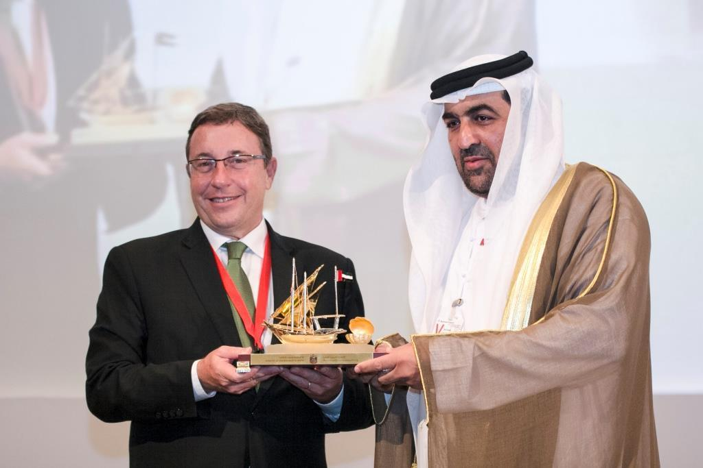 Achim Steiner, Executive Director, UNEP receiving an award from Rashid Ahmad Muhammad Bin Fahad, Minister of Environment and Water, UAE