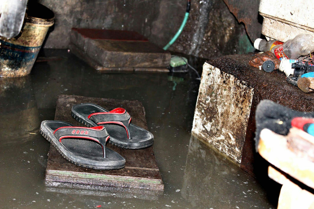 Houses 'in the basement' of Jagdamba Camp are particularly vulnerable. Before the monsoon, people pile up mud in the streets to try to stop them from flooding, and prevent stagnant pools in which mosquitoes can breed