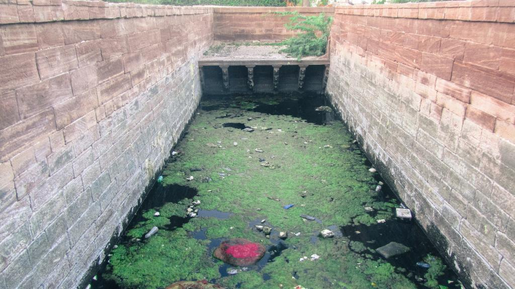 Underground bawris were most affected. Hidden from view, these wells did not seem to serve any purpose and no one saw any benefit in maintaining them. Today, these engineering marvels are filthy and forgotten even by the locals