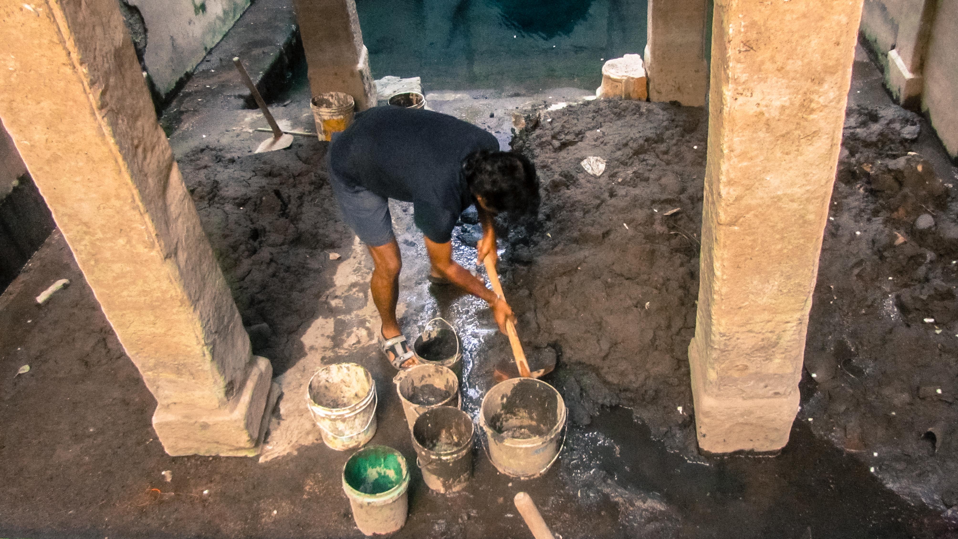 Joshi has cleaned Kriya ka jhalara, Sukhdev Tiwari ji ka jhalara and Mahila Baag jhalara in the last six months with help from a couple of local volunteers. Nowadays, he is cleaning the Satyanarain ji ki bawadi