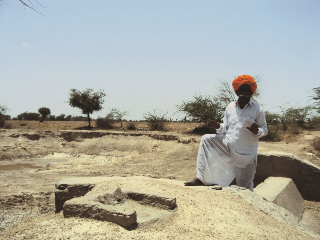 Rainwater harvesting structures such as the boundary wall made with clay around fields were made in Biphur (Ankur Paliwal/CSE)