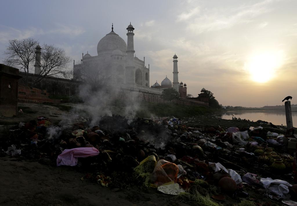 The most serious threat to the Taj today is from environmental pollution—both in the air and water surrounding it. Though much of the air pollution has been caused in the past by the Mathura Oil Refinery, pollution from burning trash like this also poses significant threat to the mausoleum